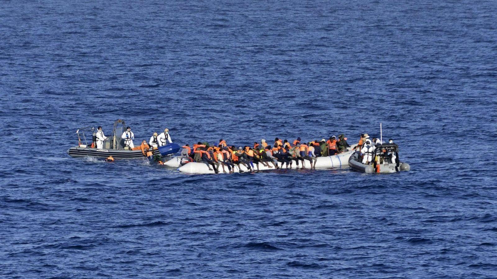 Foto: Una operación de rescate en aguas cercanas a Canarias.