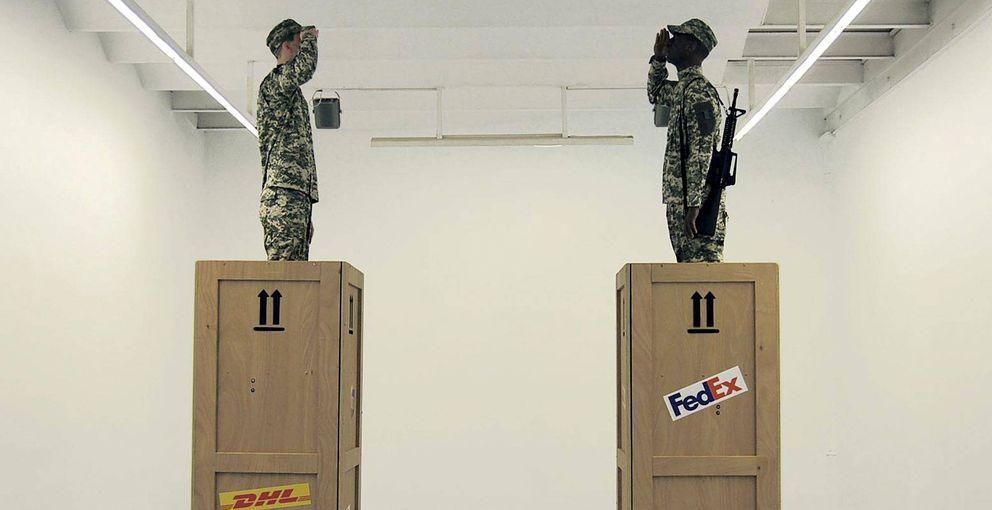 El artista eugenio merino 'manda' por mensajería militares vivos a la guerra