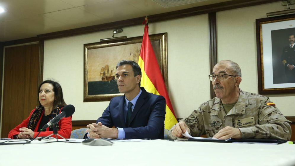 Foto: El presidente del Gobierno, Pedro Sánchez, junto a la ministra de Defensa, Margarita Robles. (EFE)