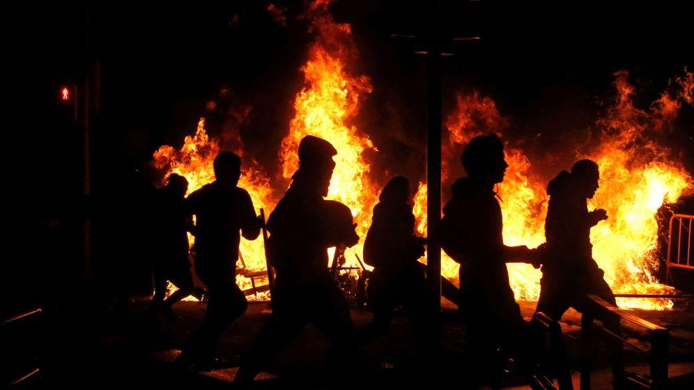 Foto: Manifestantes, durante los altercados tras la concentración convocada por los CDR el pasado jueves. (EFE)