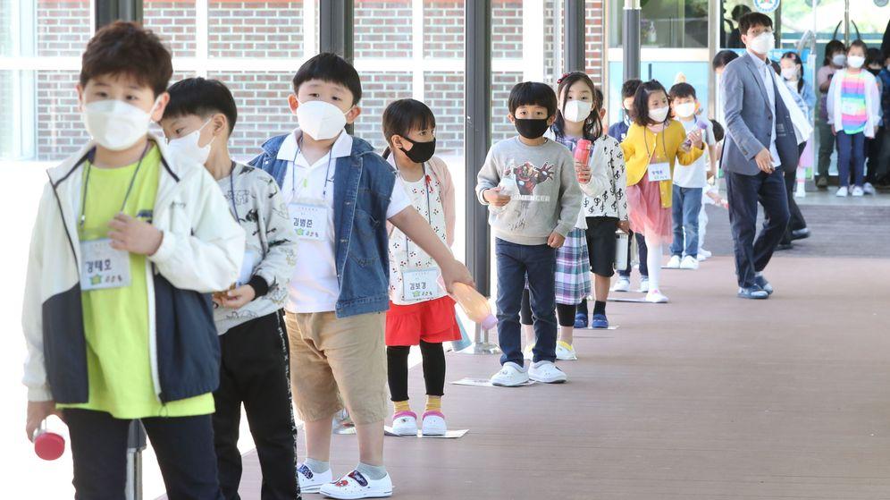 Foto: Alumnos vuelven a las clases en Chuncheon, Corea del Sur. (EFE)