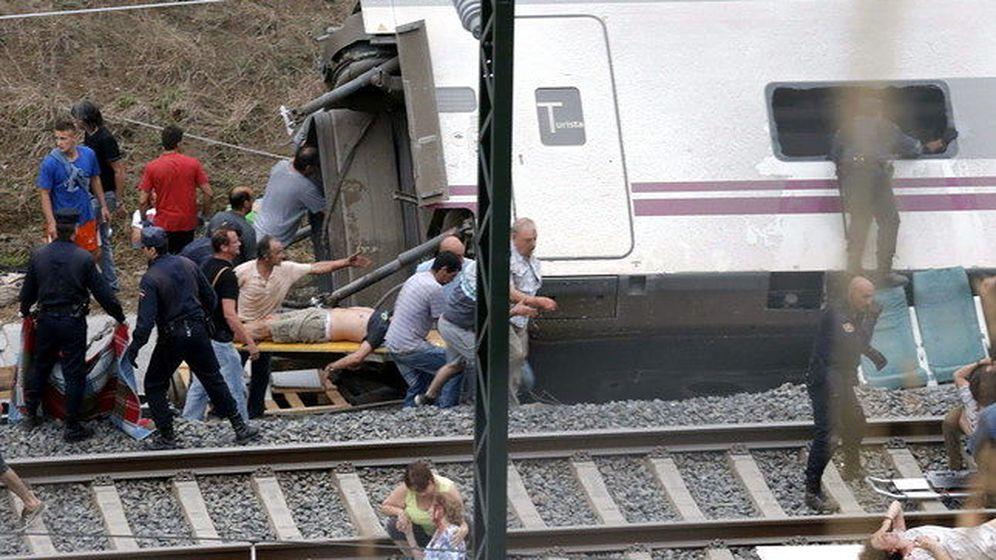 Foto: Los servicios de emergencia sanitaria atienden a los heridos en el lugar del accidente. (Efe)