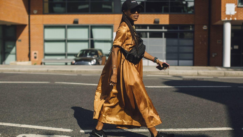 Un look naranja por las calles de Londres. (Imaxtree)