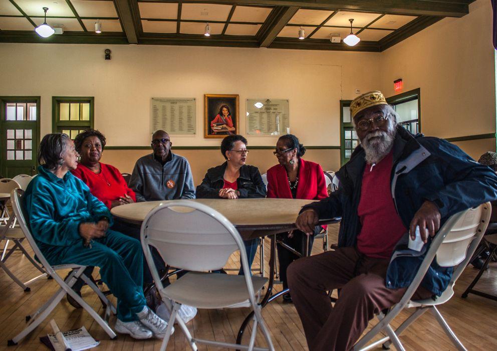 Foto: Antiguos alumnos del colegio para niños negros Robert Russa Moton, en Farmville, Virginia, que participaron en las protestas que acabaron con la segregación legal en los colegios hace 60 de años (L.G.A.).