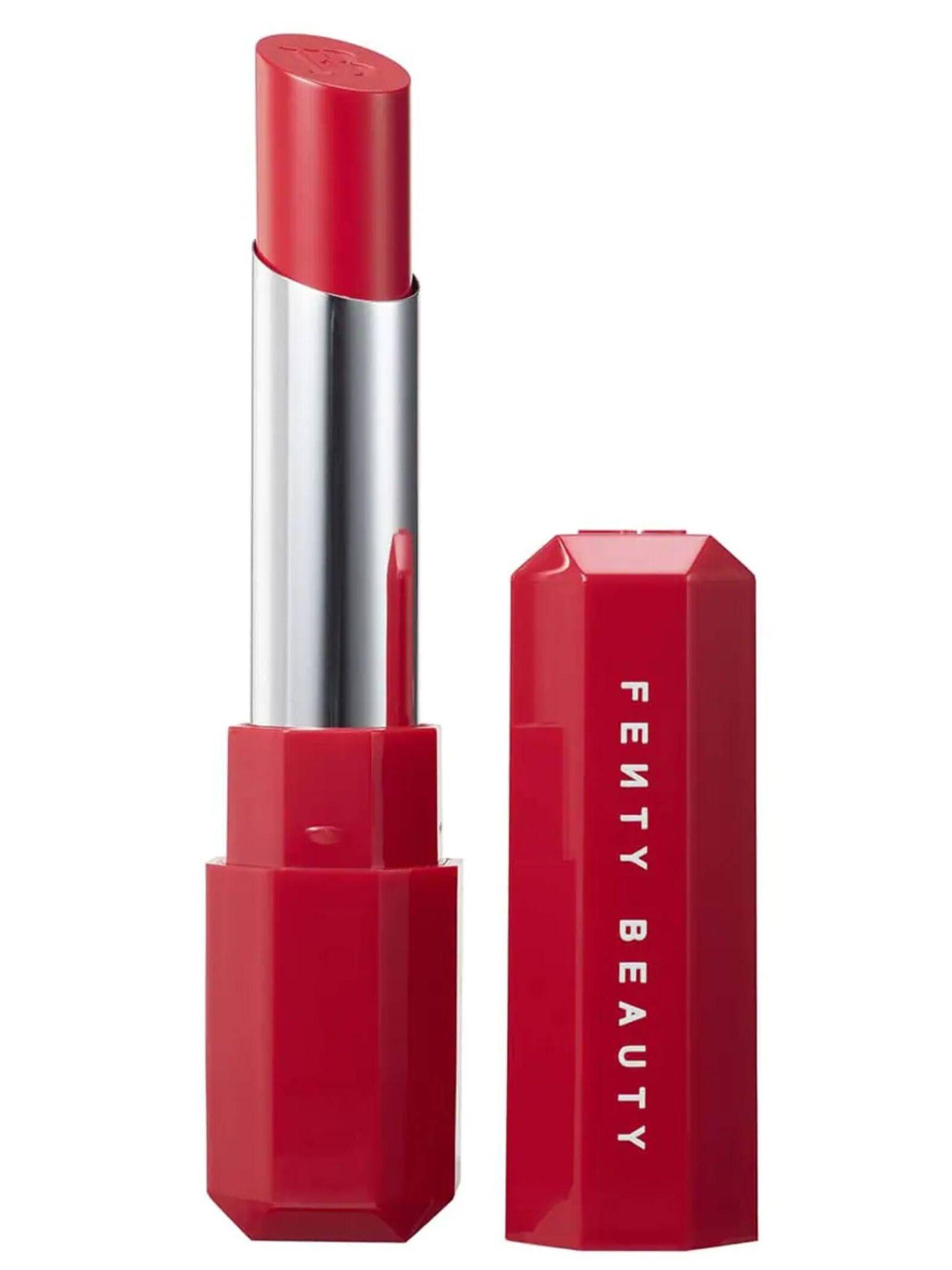 Apuesta por un labial rojo para tu neceser de maquillaje. (Cortesía)