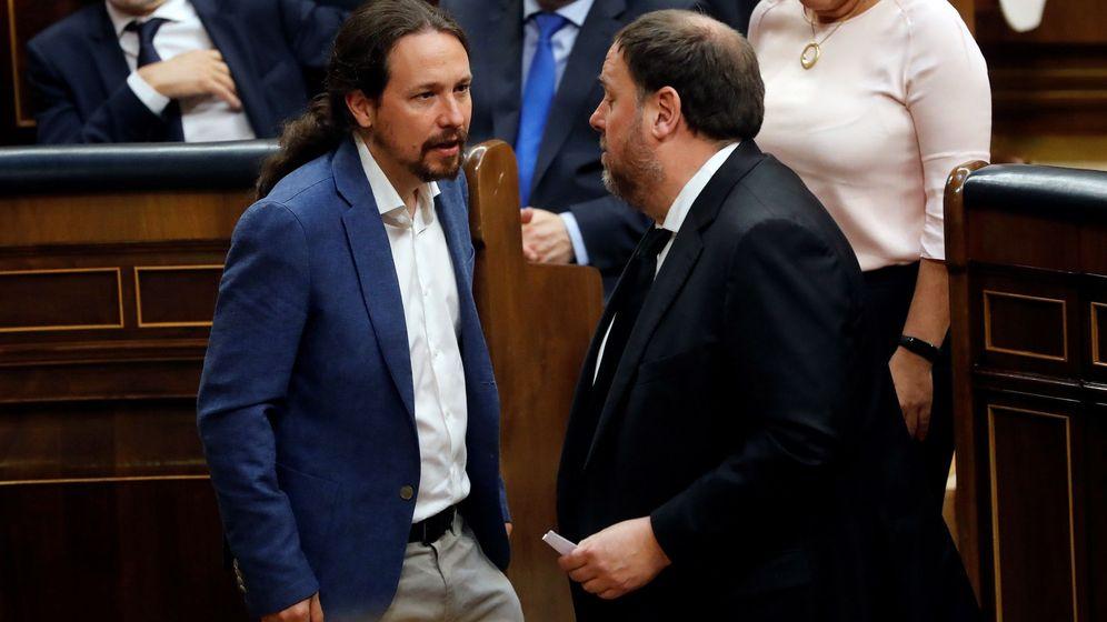 Foto: Pablo Iglesias conversa con Oriol Junqueras (d), durante la anterior sesión constitutiva de las Cortes. (EFE)