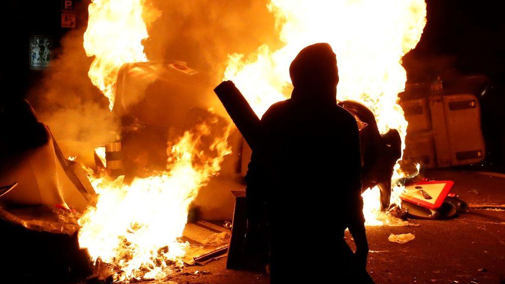 Foto: Incidentes en los aledaños del Camp Nou durante la celebración del partido aplazado de LaLiga. (EFE)