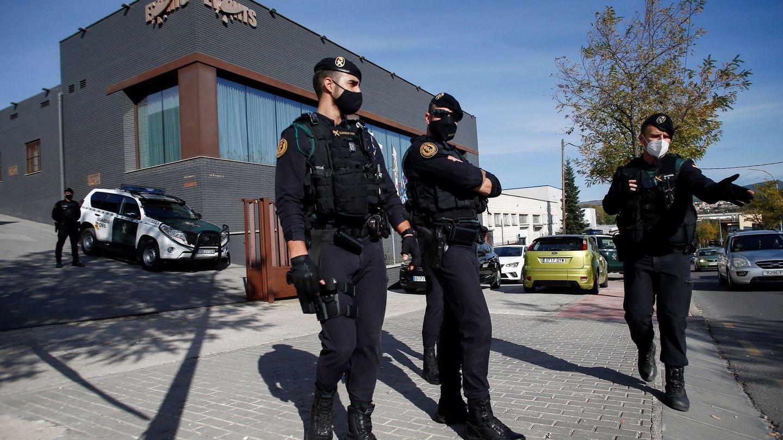Agentes de la Guardia Civil custodian la sede de la empresa Events en Igualada (Barcelona). (EFE)