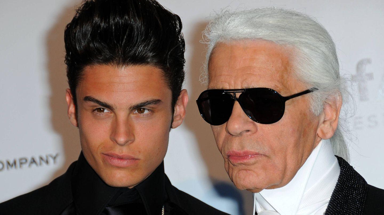 Baptiste Giabiconi y Karl Lagerfeld. (Getty)