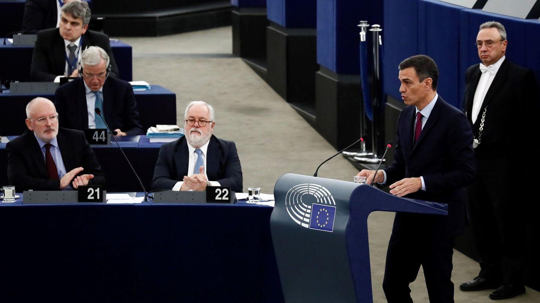 Pedro Sánchez interviene en el pleno en Estrasburgo. En primera fila, escuchándole, el vicepresidente primero de la Comisión Europea, Frans Timmermans, y el comisario de Acción por el Clima y Energía, Miguel Arias Cañete, este 16 de enero. (EFE)