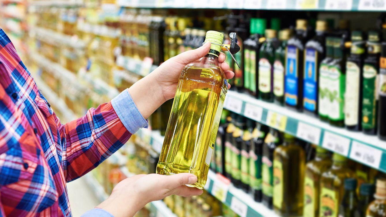 Foto: Comprando aceite en el supermercado. (iStock)