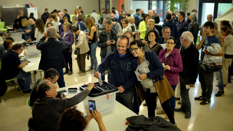 La gente vota en Barcelona. (Reuters)