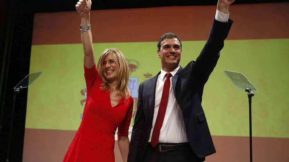 Foto: El secretario general del PSOE, Pedro Sánchez, acompañado de su mujer, Begoña Gómez, tras su proclamación como candidato. (EFE)