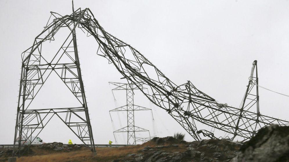 Foto: Una torre de alta tensión caída debido al temporal, esta tarde en el alto de Candal, en la localidad pontevedresa de Silleda. (EFE)