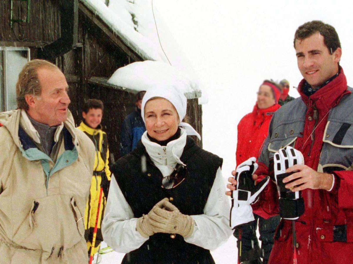 Foto: El rey Juan Carlos, la reina Sofía y el (hoy) rey Felipe, en Baqueira. (Reuters)