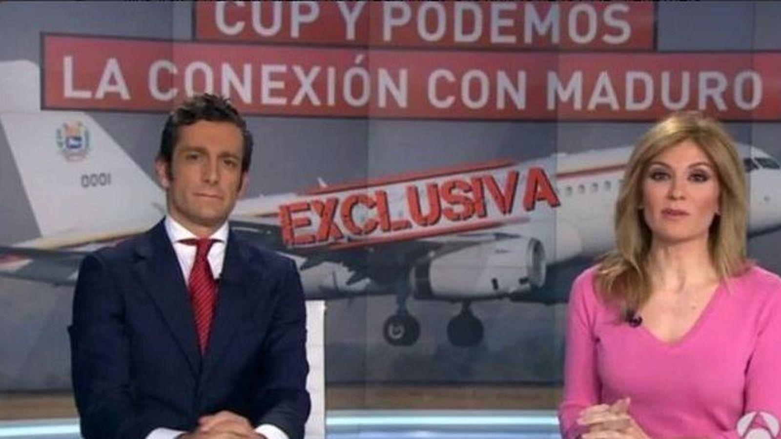 Foto: Periodistas de Antena 3 presentan una exclusiva sobre un viaje de la CUP y Podemos a Venezuela.