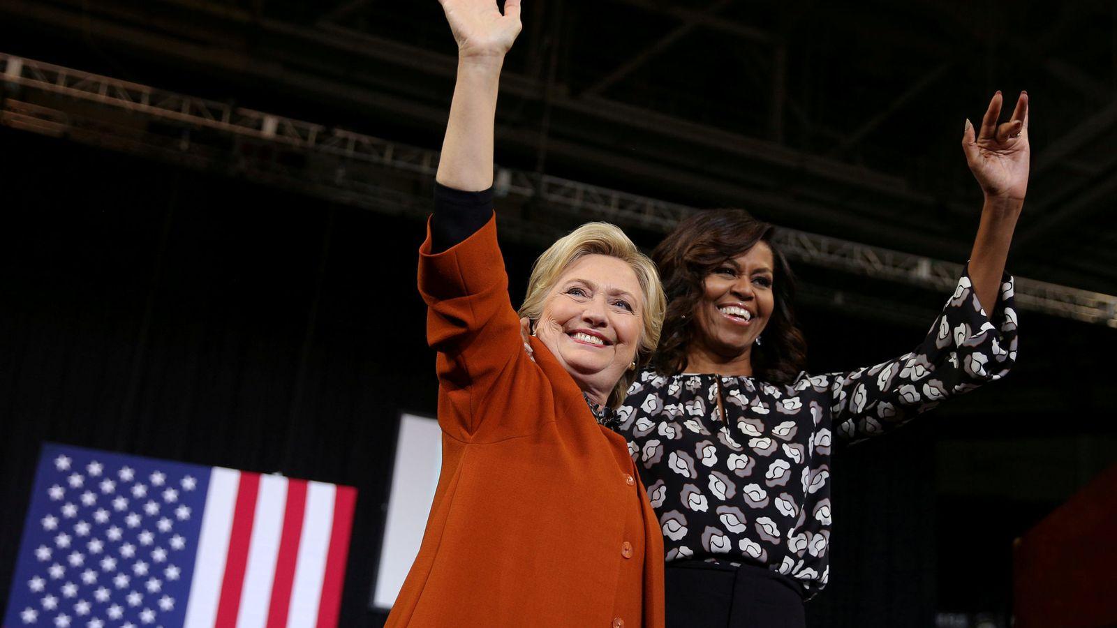 Foto: Michelle Obama, junto a Hillary Clinton, durante un mitin de campaña en Wiston-Salem, Carolina del Norte. (Reuters)