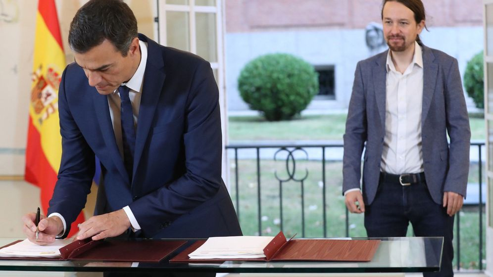 Foto: El presidente del Gobierno, Pedro Sánchez (i), y el secretario general de Podemos, Pablo Iglesias, en la firma del acuerdo del proyecto de ley de los PGE. (EFE)