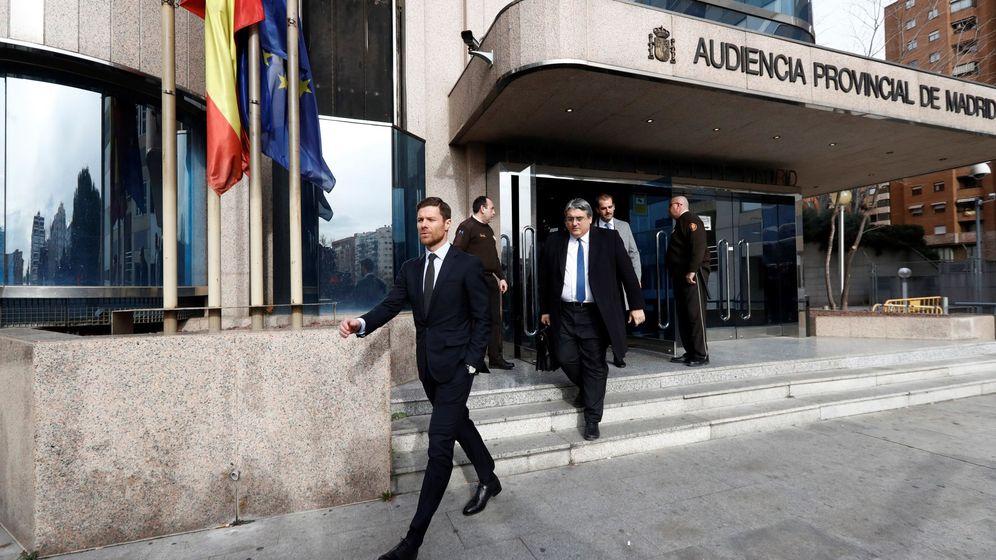 Foto: Xabi Alonso en las puertas de la Audiencia Provincial de Madrid. (EFE)