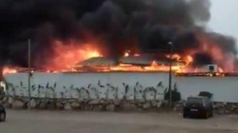 Un incendio calcina el chiringuito Berebere en Torre del Mar (Málaga)