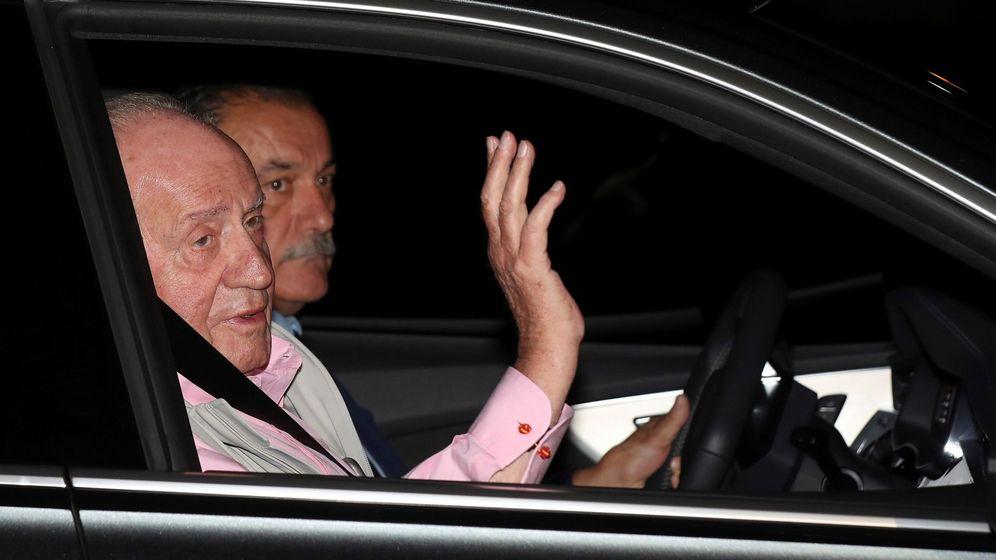 Foto: El rey Juan Carlos a su llegada a la clínica Quirón. (EFE)