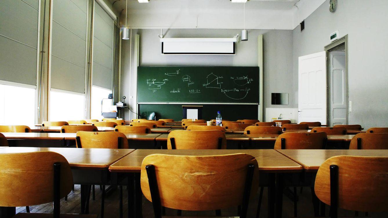 Foto: Cuando las aulas se vacían, los bolsillos de muchos profesores también lo hacen. (iStock)