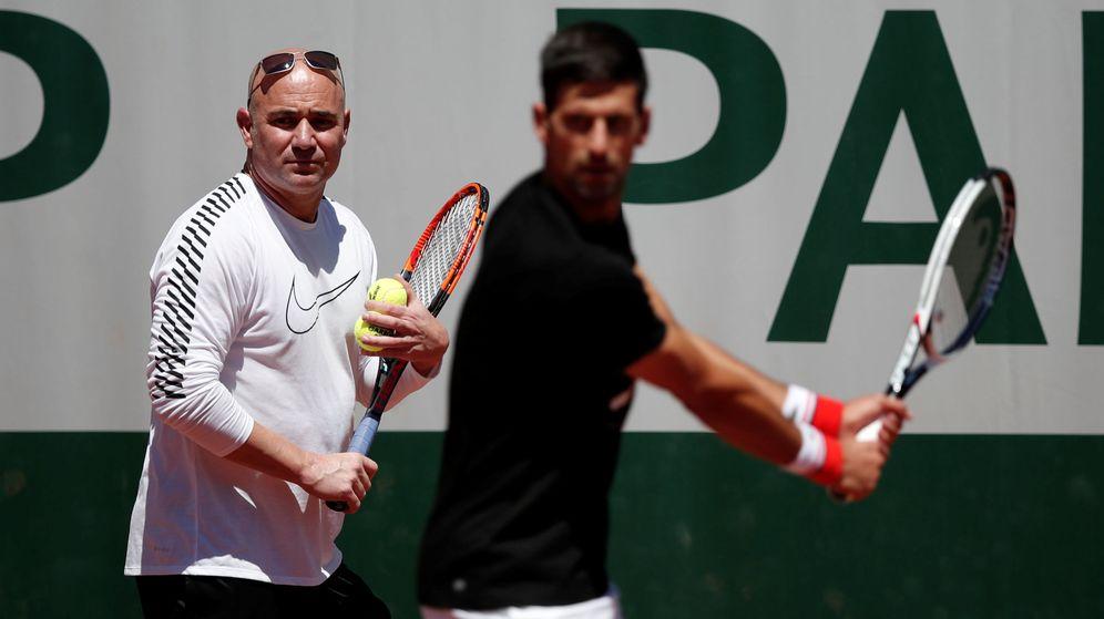 Foto: Andre Agassi se estrenó como entrenador de Novak Djokovic este jueves en Roland Garros. (Reuters)