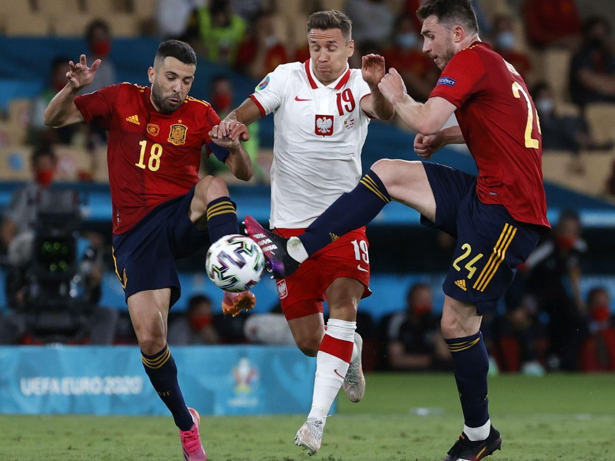 Foto: Frankowski lucha por un balón con Laporte y Alba. (Reuters)