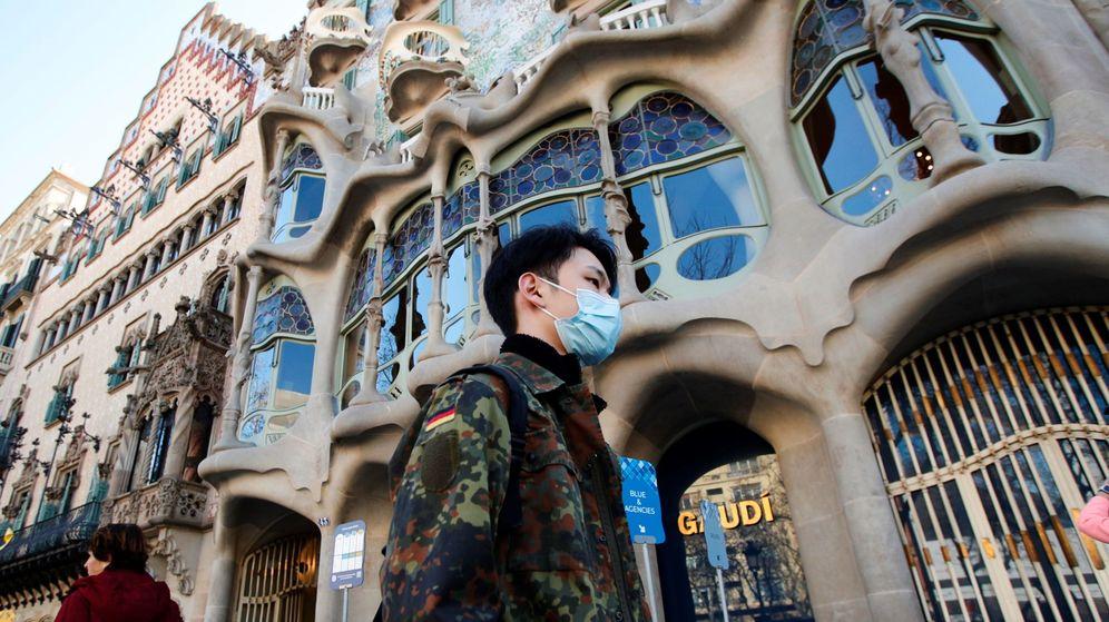Foto: Un turista pasa frente a la Casa Batlló en Barcelona. (EFE)