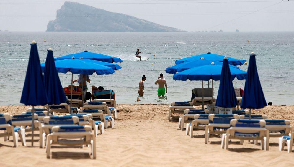Foto: Inusual imagen de hamacas vacías en la playa de Benidorm (Alicante). (EFE)