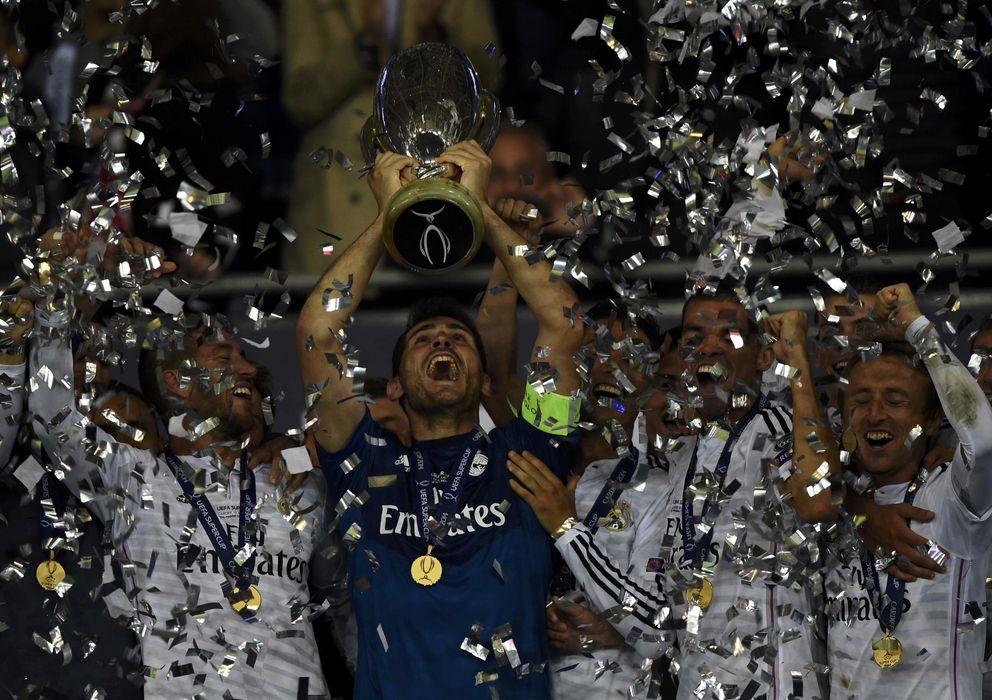 Foto: Casillas levanta el trofeo que acredita al Real Madrid como campeón de la Supercopa (Reuters)