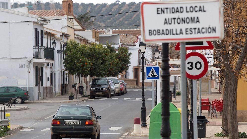 Foto: - Vista de la entrada a Bobadilla, la localidad malagueña de Antequera. (EFE)