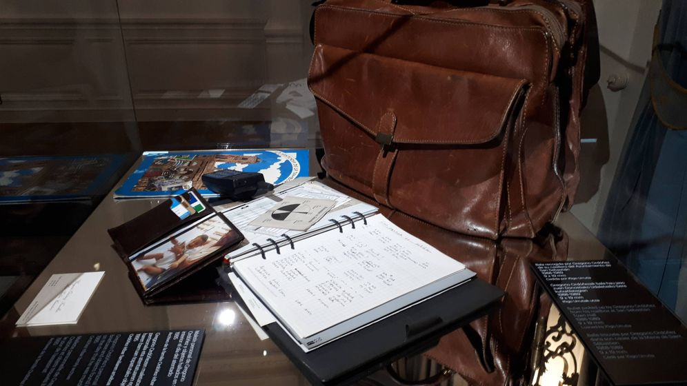 Foto: El maletín personal que portaba Ordóñez cuando fue asesinado se muestra en la exposición en su memoria. A su lado, abajo a la derecha, una bala que recibió. (J. M. A.)