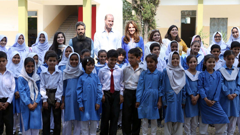 Los duques de Cambridge, en el colegio de Islamabad que han visitado este martes. (Reuters)