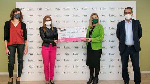 El banco Sabadell dona 16.000 euros a la Asociación Española contra el Cáncer