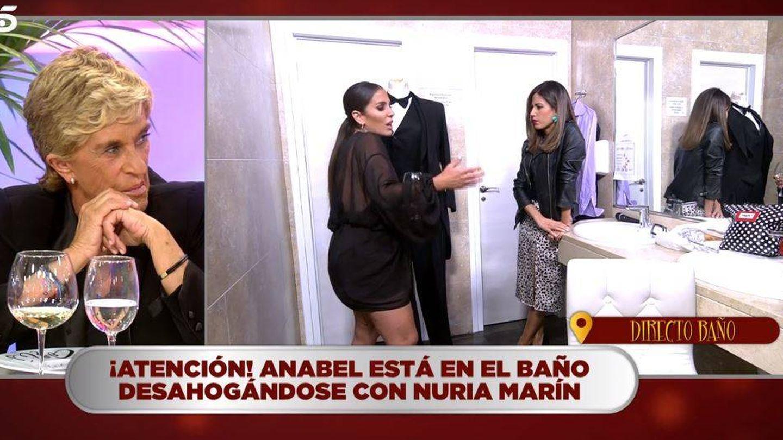 Nuria Marín y Anabel Pantoja, en el baño de 'La última cena'. (Telecinco)