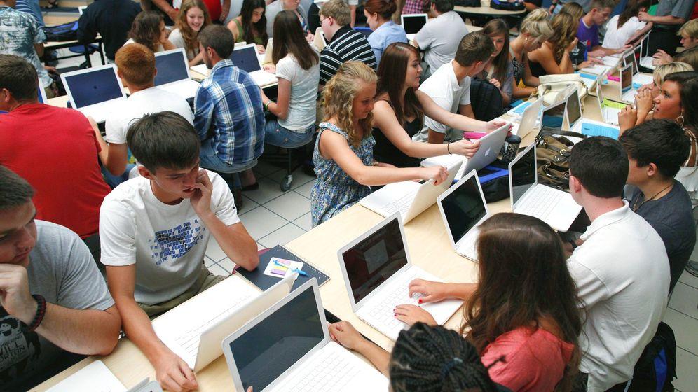 Foto: Estudiantes en Misuri, EEUU, configuran sus ordenadores el primer día de clase. (Reuters)