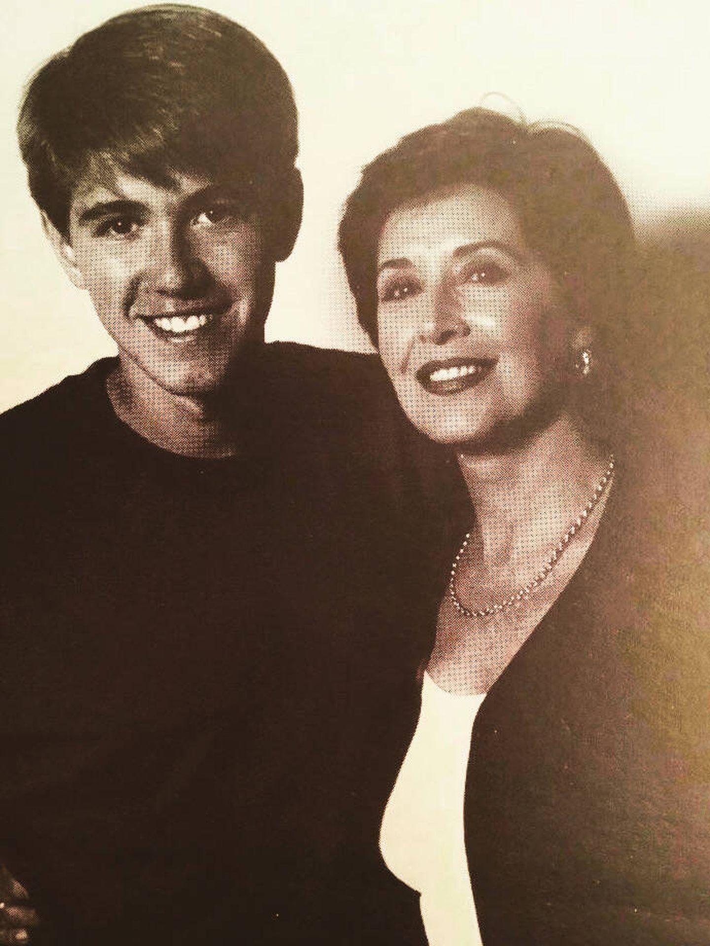 Manuel, con su madre en una preciosa fotografía retrospectiva que nos cede el dramaturgo.