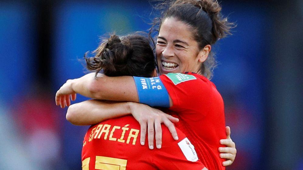 Foto: Lucía García se abraza a Marta Torrejón tras anotar el tercer gol para la Selección. (Reuters)