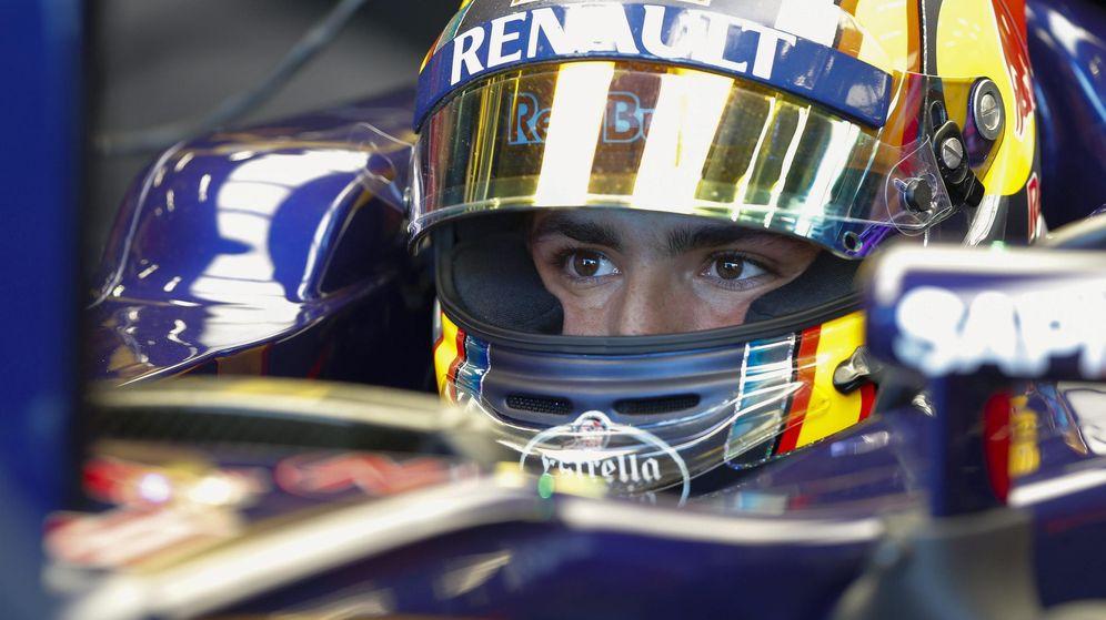 Foto: Carlos Sainz, concentrado en su garaje (Efe)