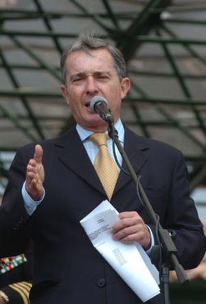 """Las FARC rechazan la propuesta de Uribe para un acuerdo humanitario porque es """"otra cortina de humo"""""""