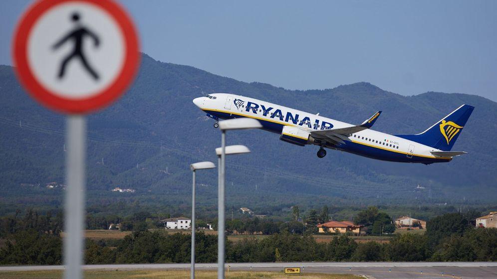 Foto: Un avión de Ryanair despega desde Girona en 2019 (EFE)