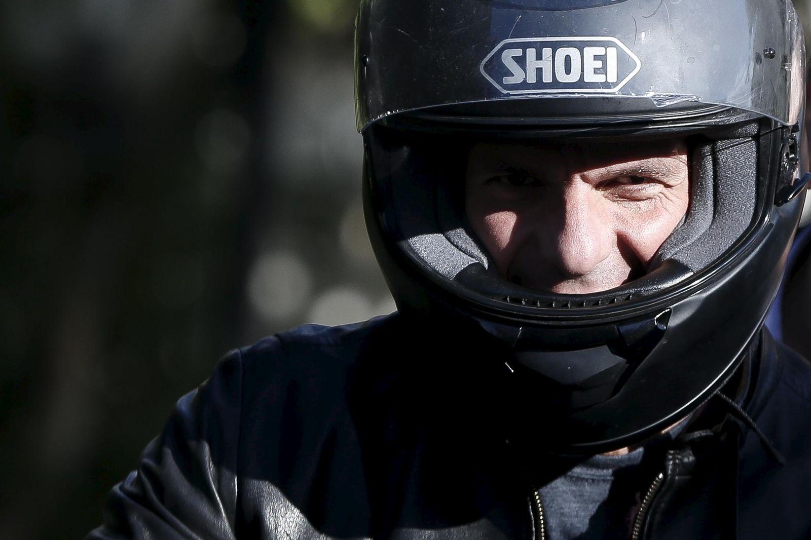 Foto: El ministro de Finanzas griego, Yanis Varufakis, en su moto tras una reunión con Tsipras celebrada el 3 de abril en Atenas (Reuters).