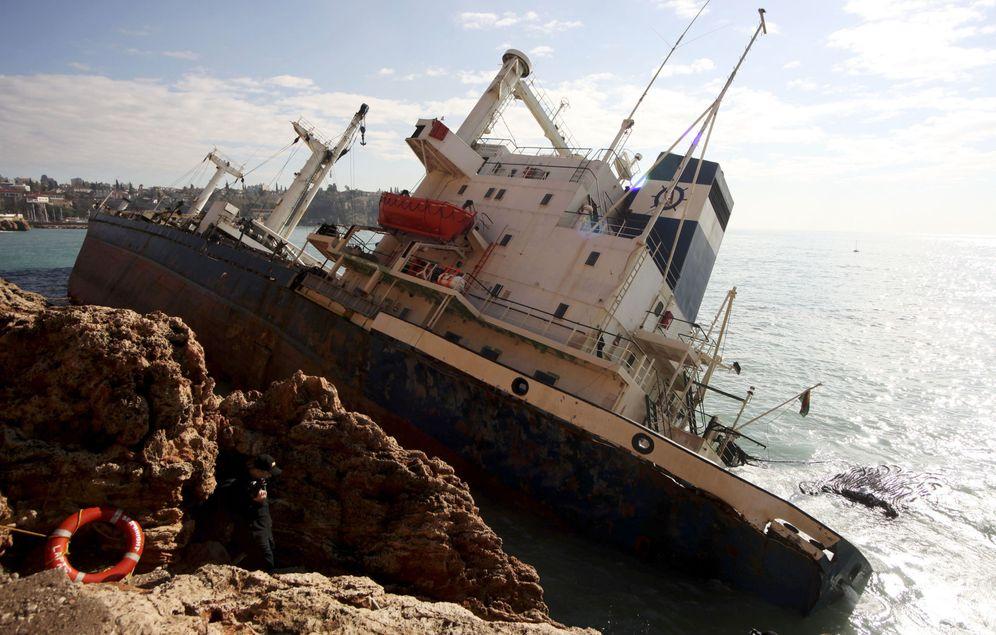 Foto: El carguero de pabellón boliviano 'Sea Bright', encallado en Antalya, en la costa sur de Turquía, el 18 de diciembre de 2010. (Reuters)