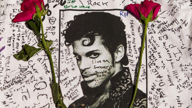 Foto: Flores junto a un mural de Prince con firmas de sus fans (Gtres)