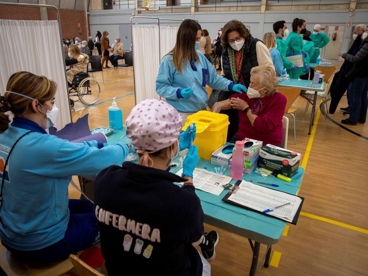 Foto: Vacunación de mayores en un pabellón deportivo de la Universidad de Sevilla. (EFE)