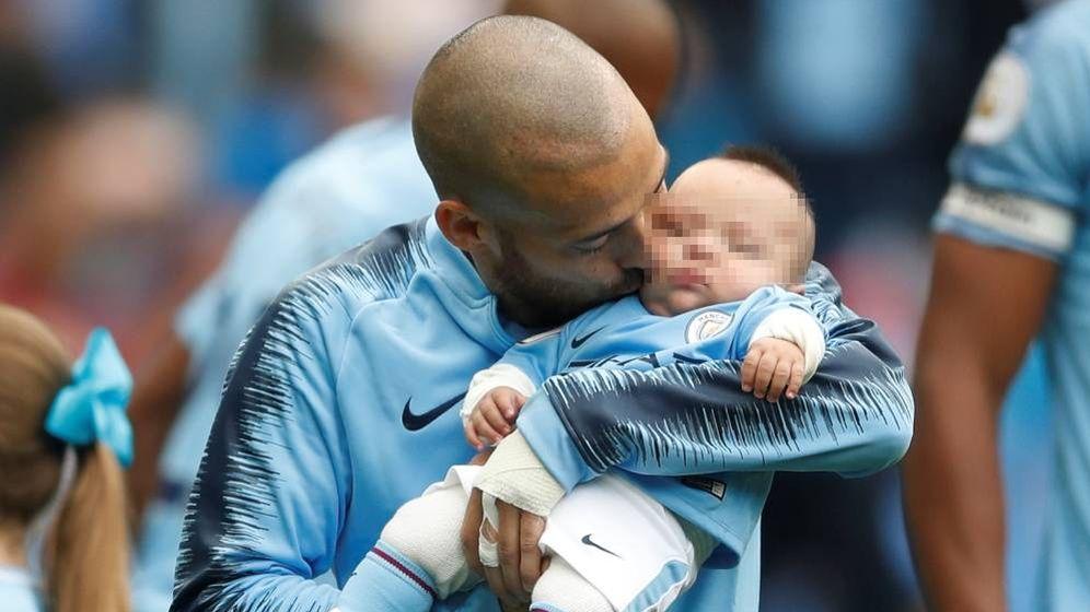 Foto: David Silva besa a su hijo Mateo antes del partido en el Etihad Stadium del Manchester City. (Reuters)