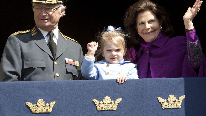 Foto: Carlos Gustavo junto a su esposa y su nieta Estelle en su 69 cumpleaños (Gtres)