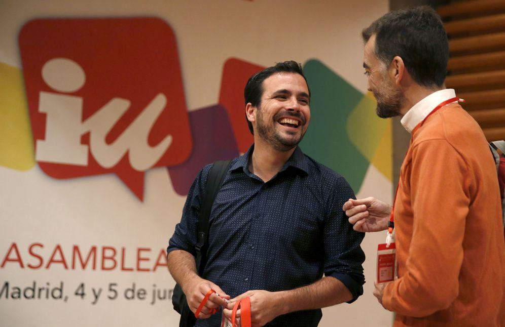 Foto: Alberto Garzón conversa con el coordinador de IU en Andalucía, Antonio Maíllo, este 4 de junio al comienzo de la XI Asamblea Federal, en la sede de UGT Madrid. (EFE)