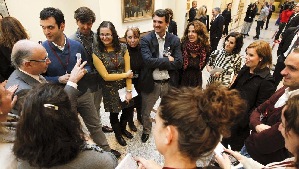 Sáenz de Santamaría (2d) y Montoro (i) conversan con varios periodistas. (EFE)